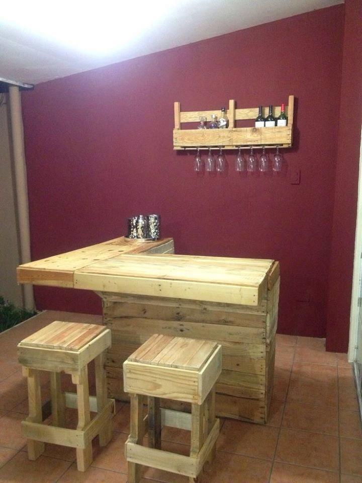 Botellero, mesa y taburetes todo a juego, de la página Muebles de Palets