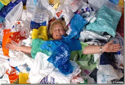 Mujer disfrutando de su vida plastificada extraída de la web Conciencia Eco.