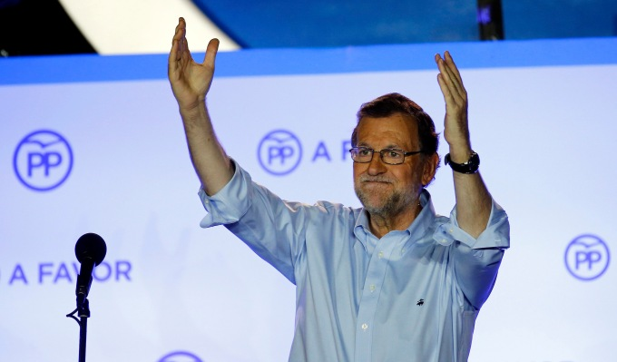 Spain's acting prime minister and People's Party (PP) leader Mariano Rajoy waves to supporters at party headquarters after Spain's general election in Madrid, Spain, June 27, 2016.  REUTERS/Marcelo del Pozo